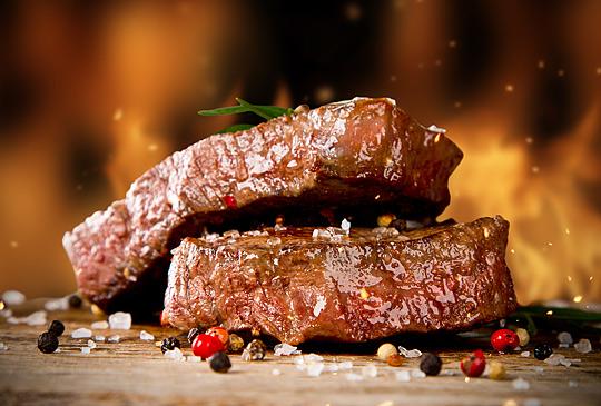 Grillen ist der Deutschen liebstes Kind. Steaks und andere Fleischwaren gehören fast immer dazu.